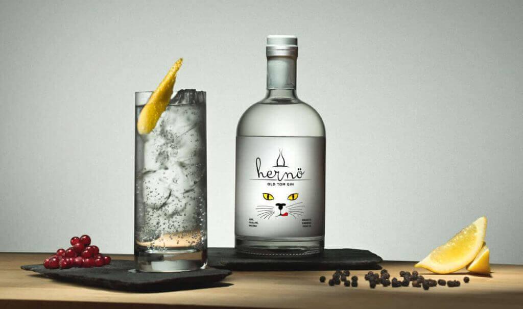 Ett svenskt exempel på Distilled Gin är Hernö Old Tom Gin, som utsetts till världens bästa gin för Gin&Tonic!